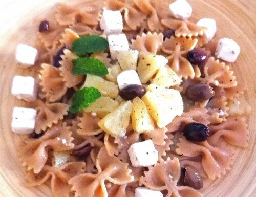 Pasta integrale di farfalle, con ananas a fette, feta greca, e olive taggiasche
