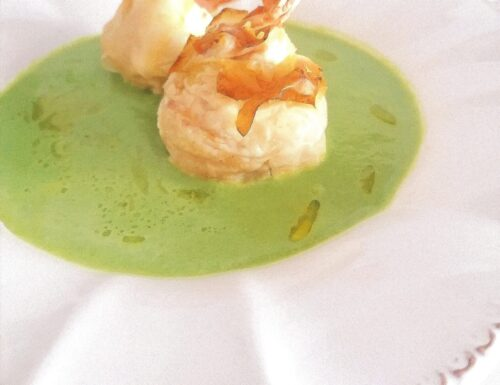 Gamberoni, in saccottini di pasta fillo, con ricotta al lime su crema di piselli