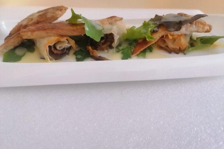 Petti di pollo marinati in salsa agrodolce, con insalata misticanza in maionese di ananas, e cannoli di pasta fillo ripieni di verdure grigliate
