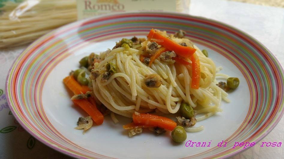 spaghetti con vongole piselli e carote