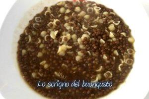 Zuppa di lenticchie nere estere con pasta