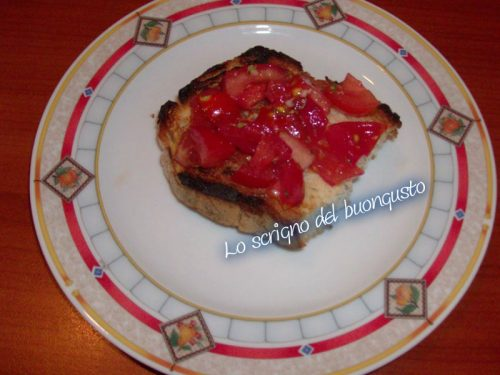 Bruschetta saporita condita con pomodoro