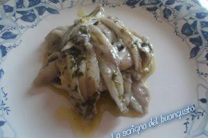 Alici marinate condite con olio, aglio e prezzemolo