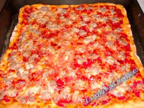 Pizza rossa alla salsiccia