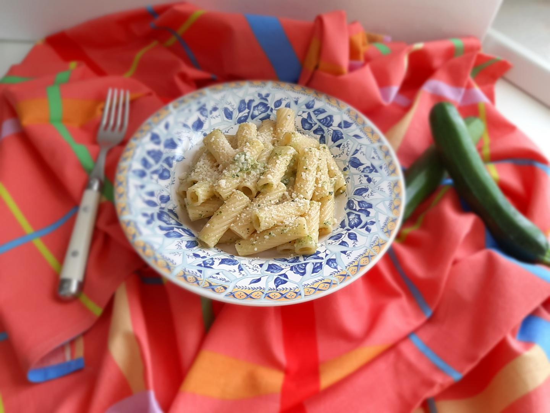 Pasta con pesto alle zucchine