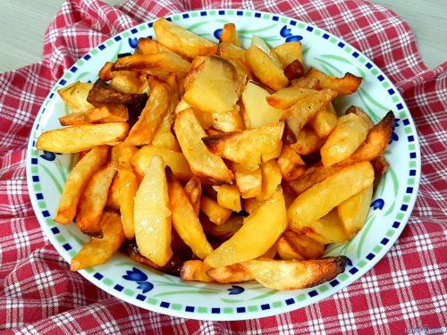 Patate fresche alla friggitrice ad aria