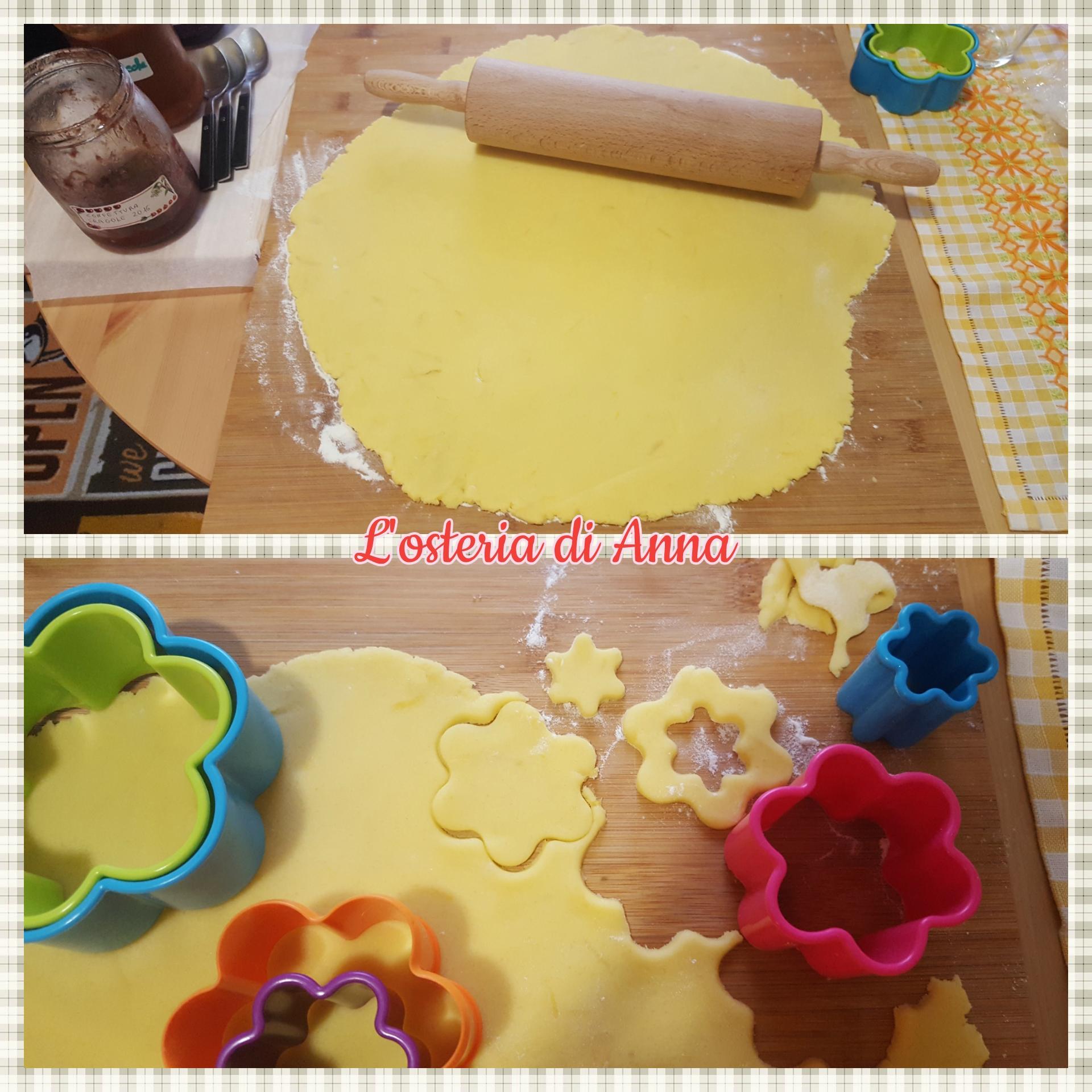 Stesura della pasta frolla col mattarello e ritaglio dei biscotti con le formine