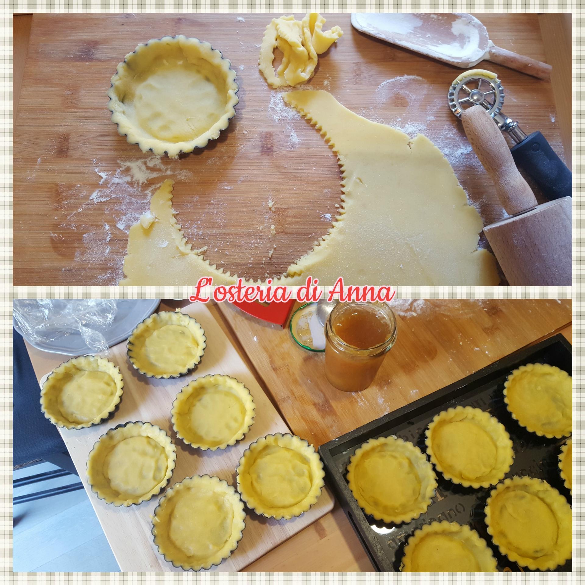 Formazione della base delle crostatine con la pasta frolla