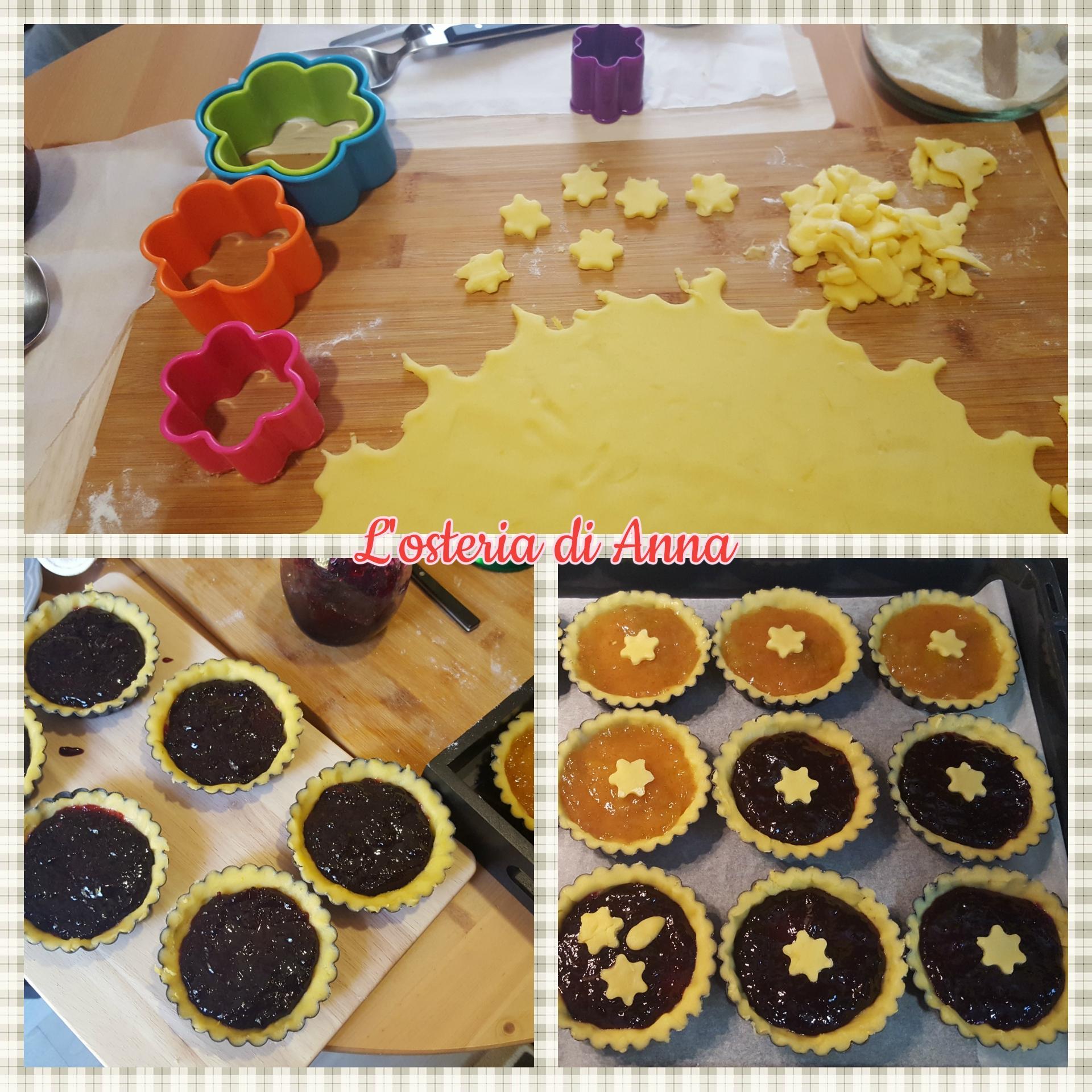 Decorazione delle crostatine con le marmellate di fichi e di uva e con stelline di pasta frolla