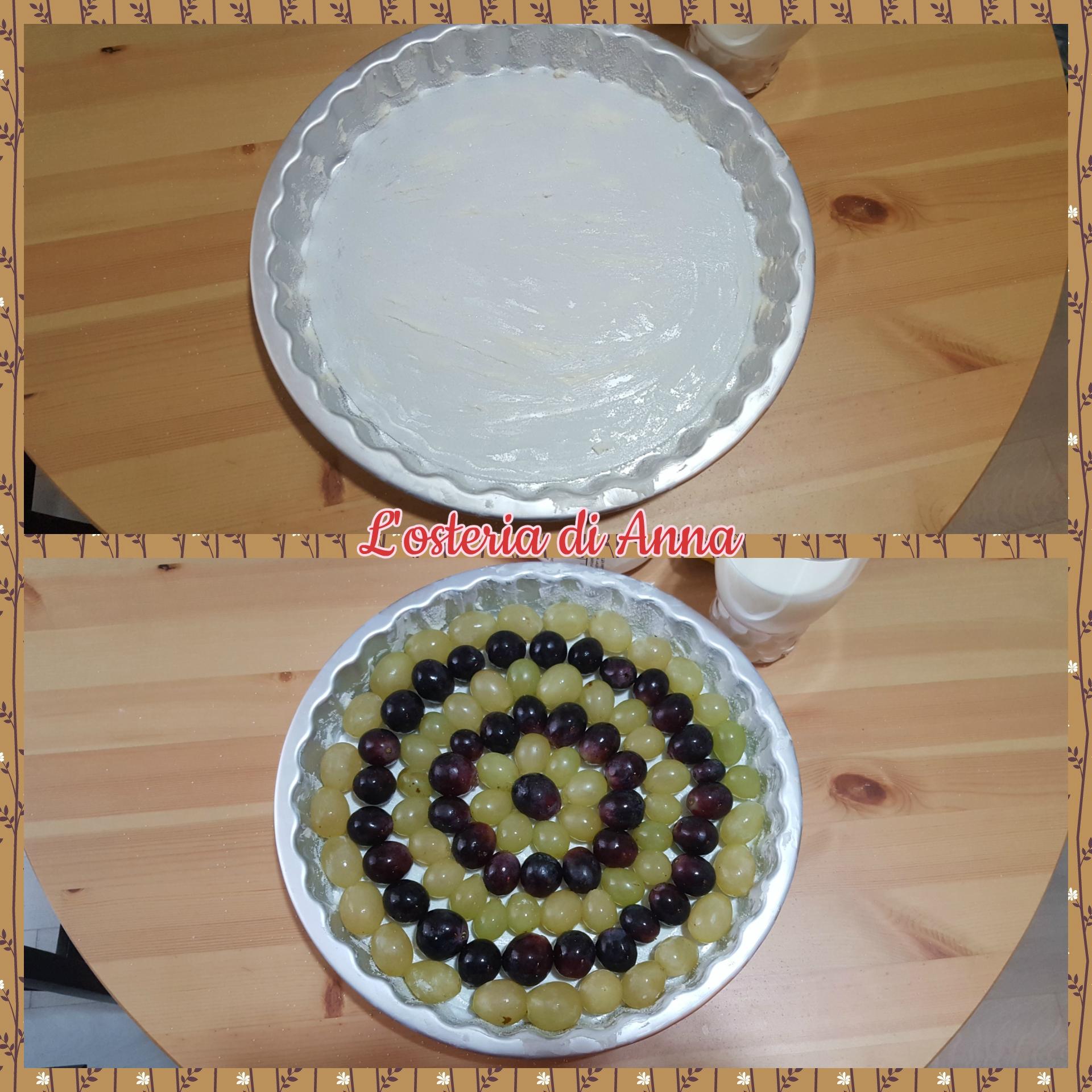 Imburrare la tortiera e disporre i chicchi di uva all'interno