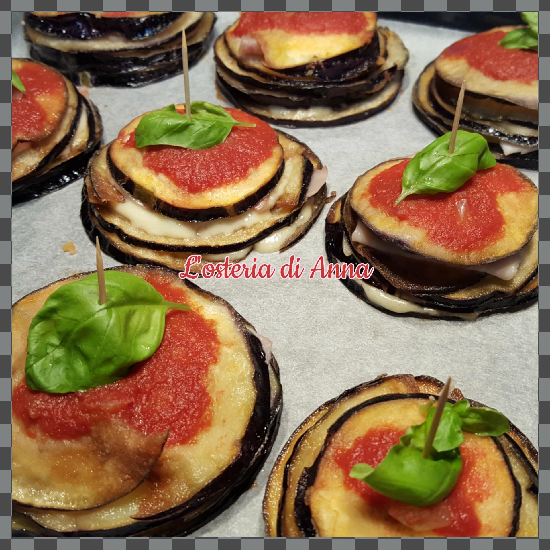 Millefoglie di melanzane decorate con foglioline di basilico