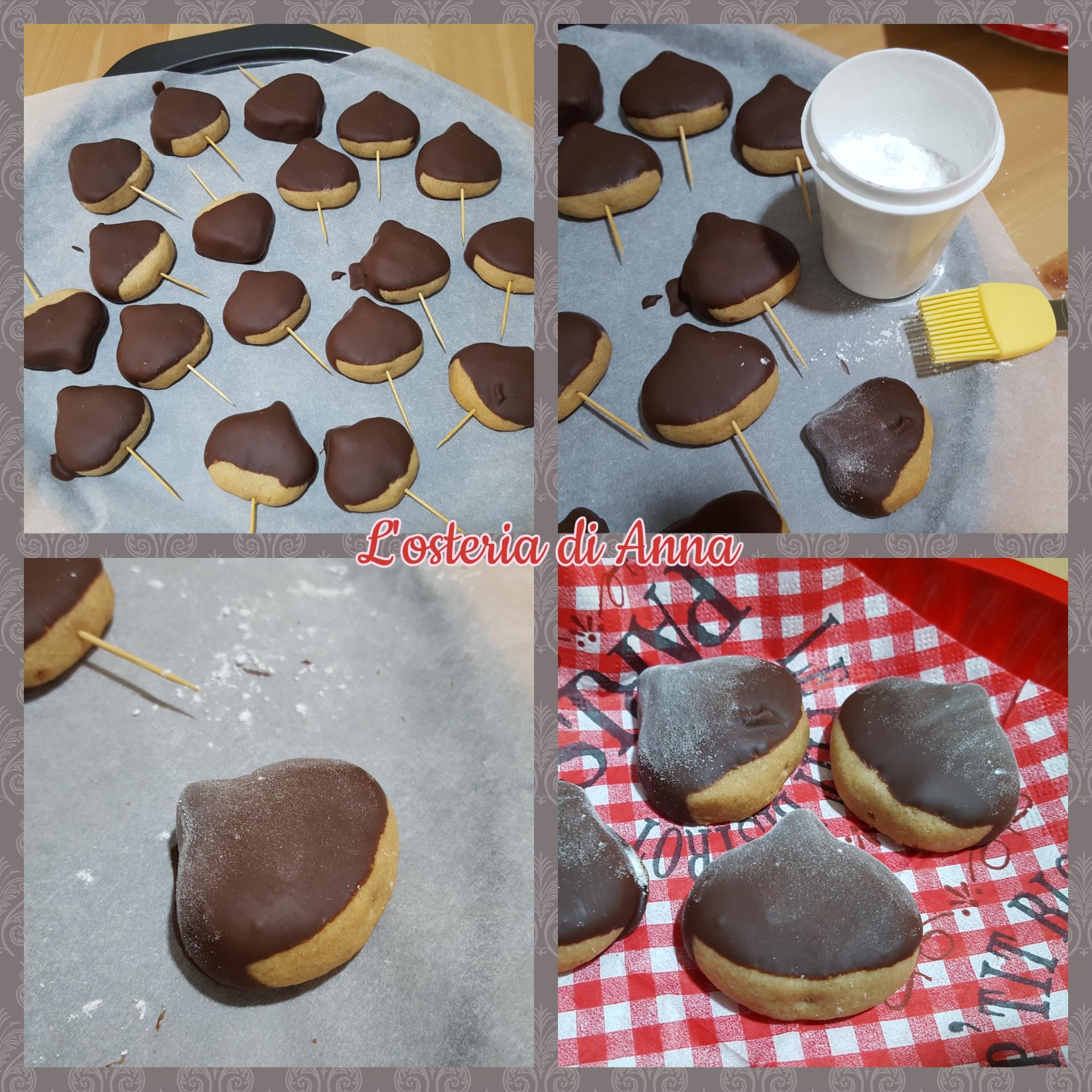Raffreddare i biscotti in frigorifero e decorarli con lo zucchero a velo