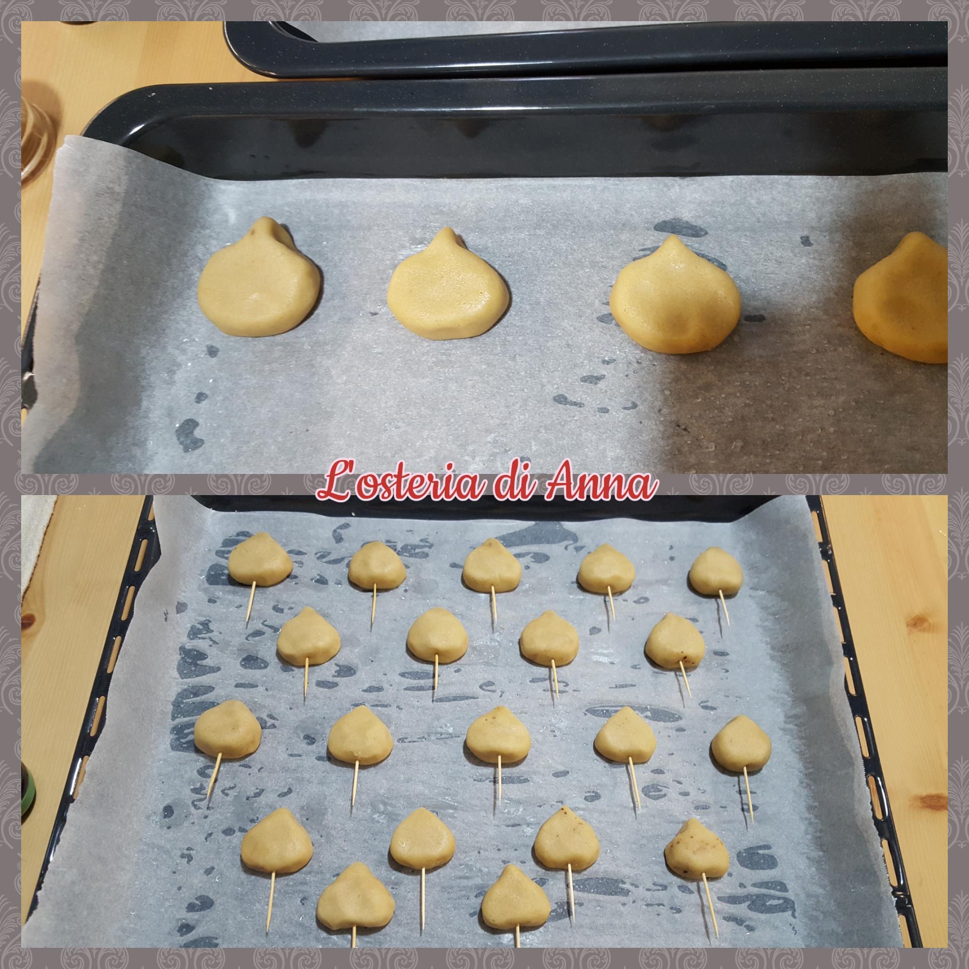 Realizzare la forma delle castagne e inserire uno specchiano alla base di ogni biscotto