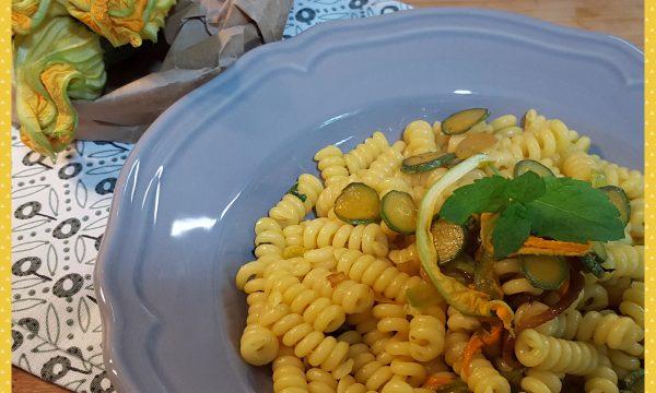 Pasta con fiori di zucca, zucchine e zafferano