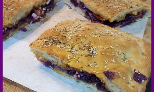 Focaccia di pizza con cavolo viola