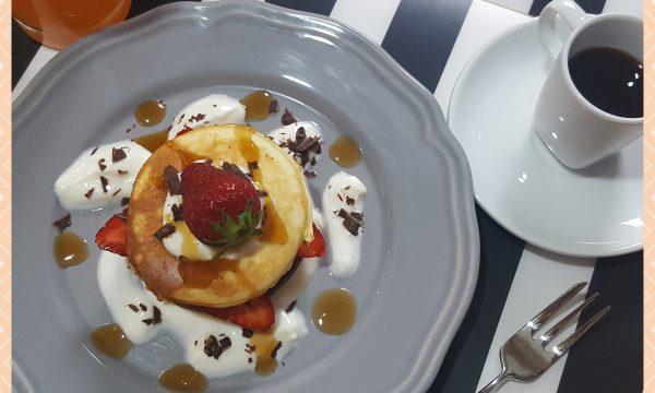 Pancakes con yogurt, fragole e cioccolato fondente