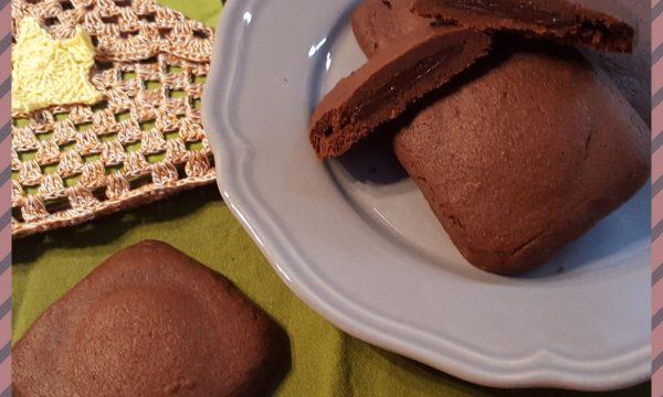 Biscotti al cacao con crema gianduia