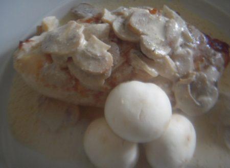 Petti di pollo con panna e funghi di Julie Child