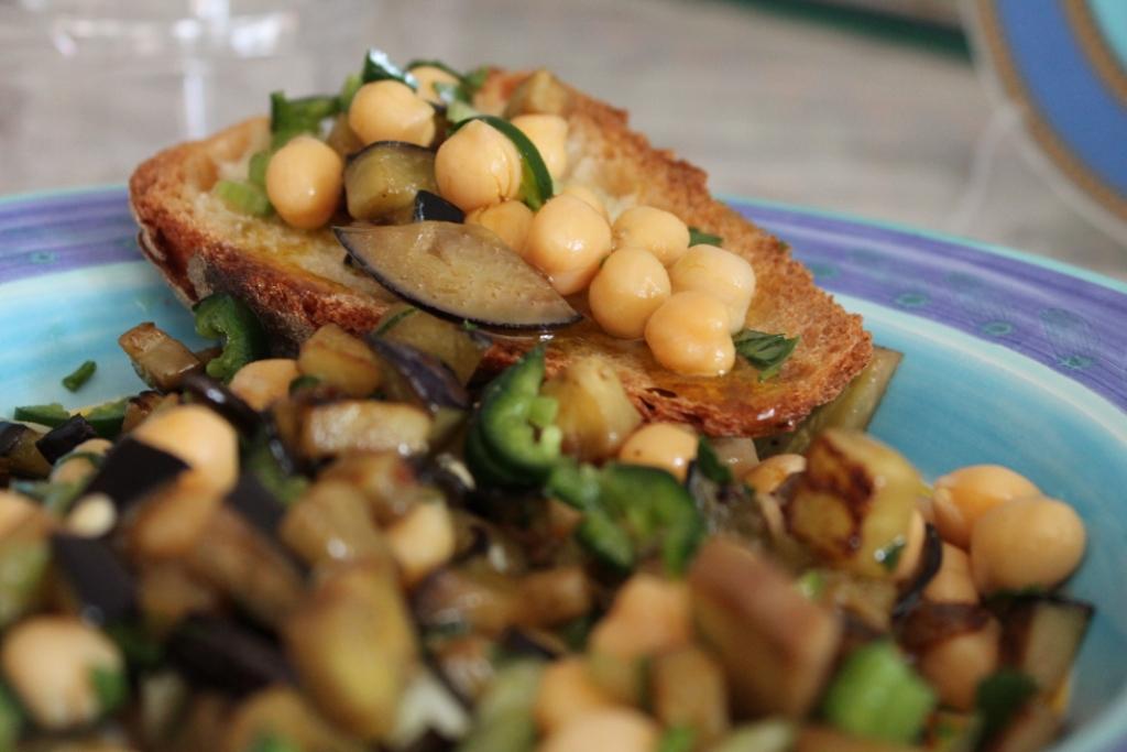 Insalata fredda con melanzane e ceci ricetta for Ricette insalate