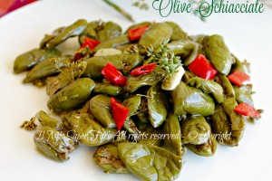 Olive schiacciate sotto olio condite