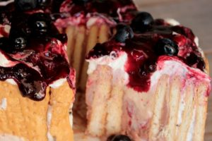 Torta gelato con biscotti ricetta dolce senza cottura