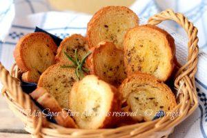 Crostini di pane aromatici come riciclare il pane raffermo