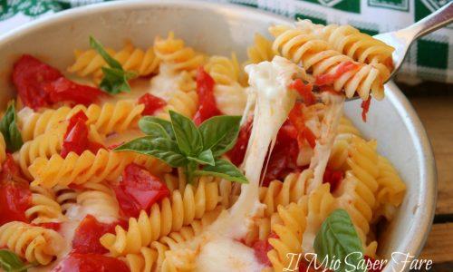 Pasta alla caprese fredda o calda primo piatto facile leggero e veloce