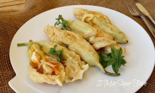 Fiori di zucca ripieni ricotta e menta fritti in pastella o cotti in forno