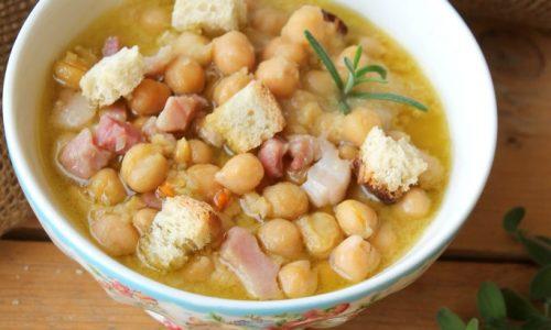 Zuppa di ceci cremosa con pancetta e pane tostato