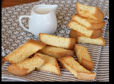 Biscotti pan di spagna inzupposi dorati e croccanti