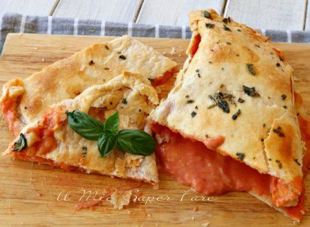 Calzone di pasta sfoglia mozzarella e pomodoro