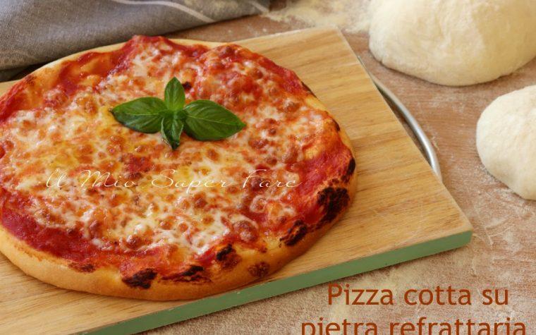 Pizza cotta su pietra refrattaria