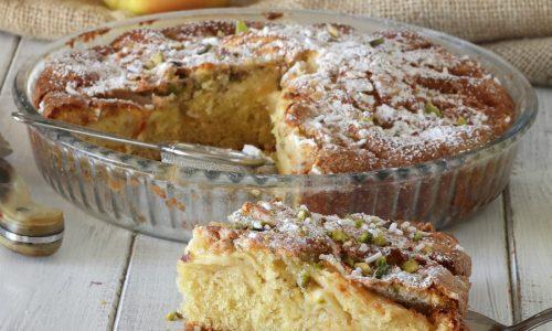 Torta di mele glassata con mandorle e pistacchi