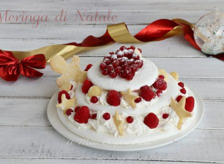Meringa di Natale con panna e frutti rossi