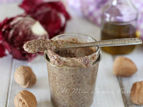 Pesto di radicchio e noci ricetta senza cottura condimento per pasta e crostini