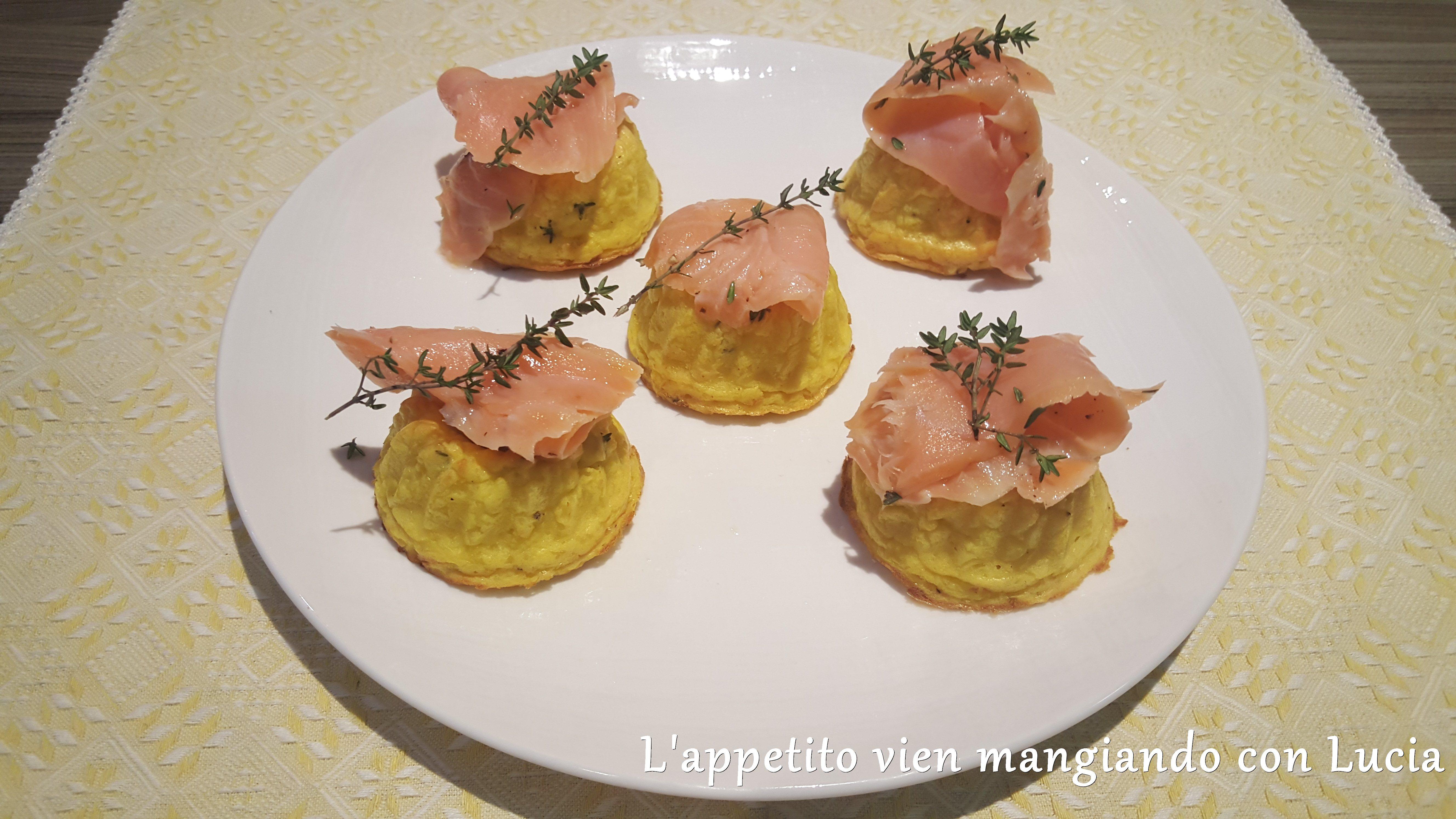Ciambelline di patate al timo con salmone affumicato