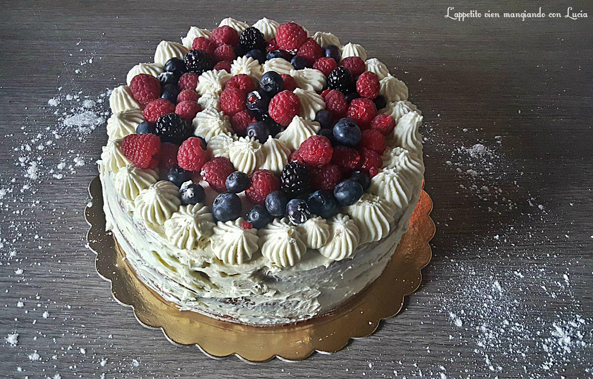 Torta al cacao con cioccolato bianco e frutti di bosco. torta di compleanno