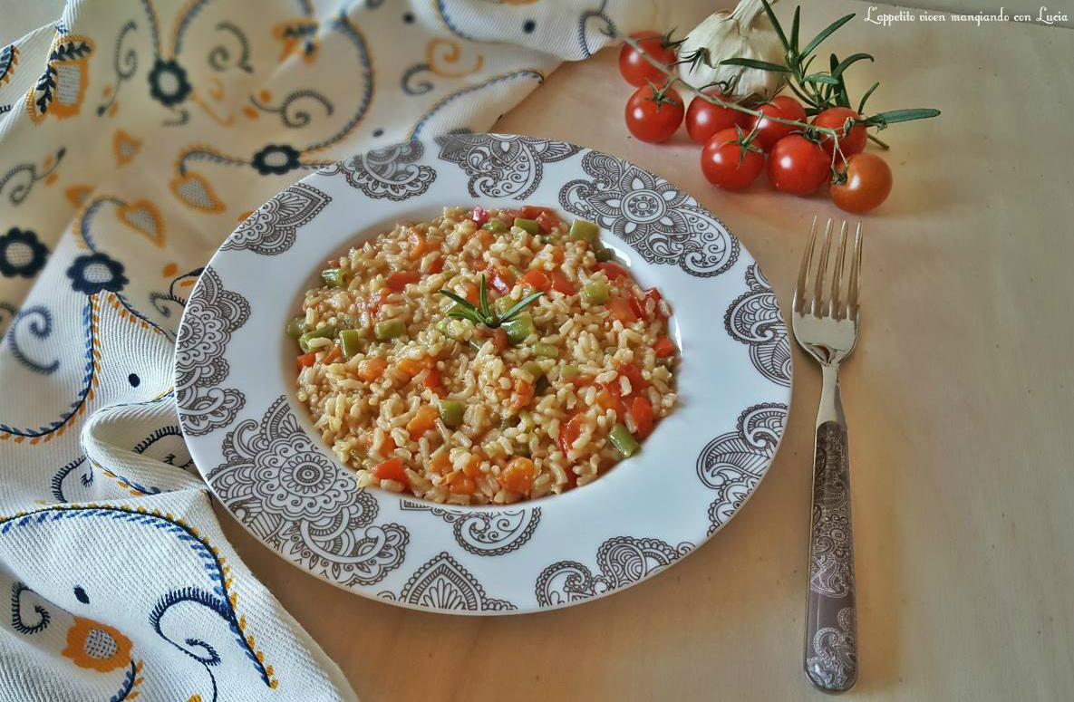 Risotto integrale con sugo di peperoni e verdure