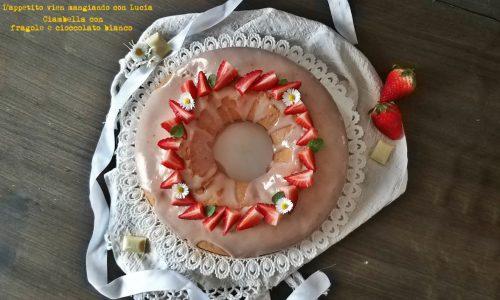 Ciambella con fragole e cioccolato bianco