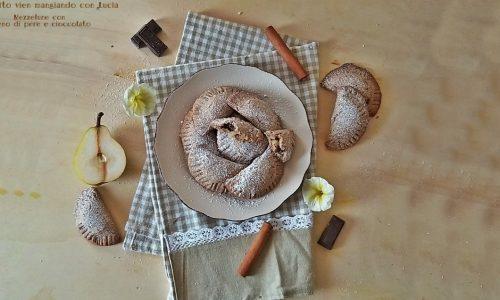 Mezzelune con ripieno di pere e cioccolato