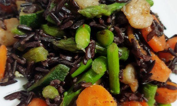 Riso Nero Artemide con gamberetti zucchine carote e asparagi