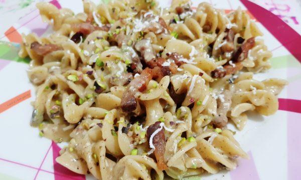 Fusilloni con pesto di pistacchi e pesto di  nocciole guanciale granella di pistacchi e ricotta salata