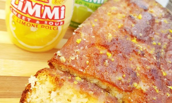 Plumcake senza uova e burro con succo dolce di limone e lime e glassa con scorzette di limone