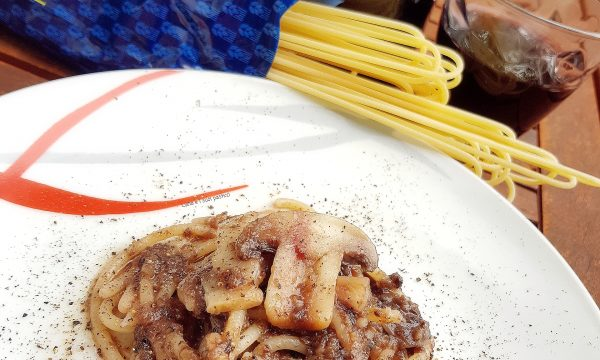 Spaghettoni con crema di tartufo nero funghi e riduzione di vino rosso