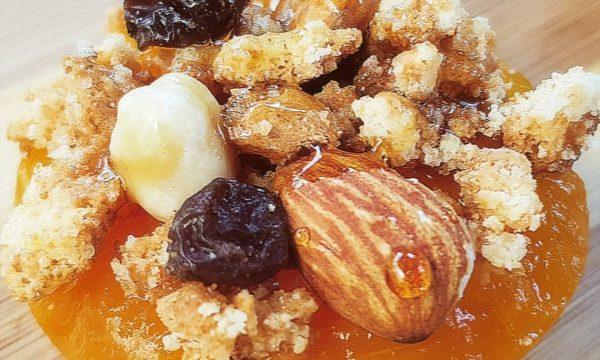 Pesche sciroppate con Crumble di amaretti frutta secca e riduzione di amaro