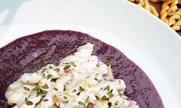 Nammuri su fonduta di vino rosso crema di pecorino ed erbette aromatiche essiccate
