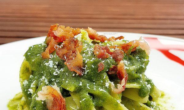 Nidi di tagliatelle con pesto di broccoli bacon e ricotta salata