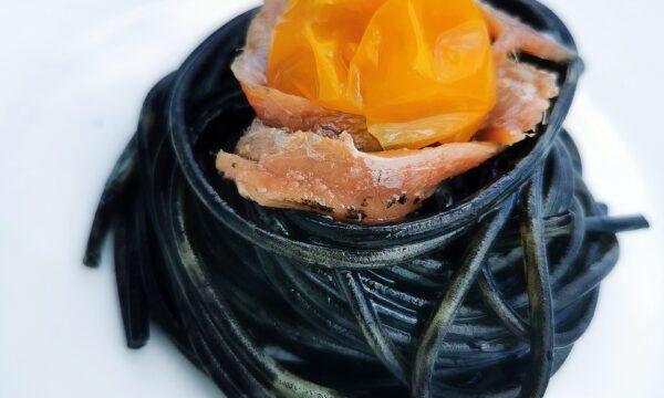 Spaghetti al nero di seppia con pomodorini gialli e alici di Cetara