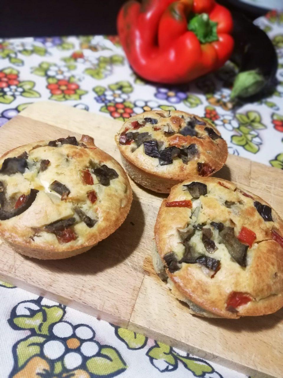 muffin salati ripieni di melanzane e peperoni con cuore di philadelphia