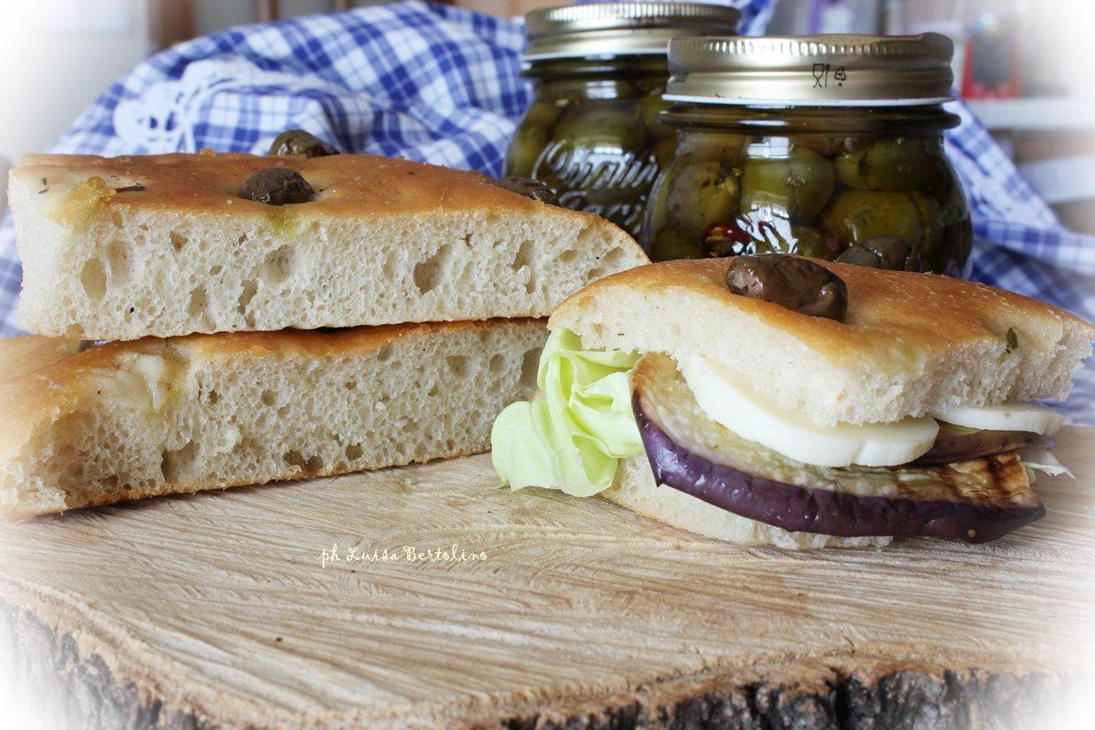 Focaccia alle olive con lievito madre